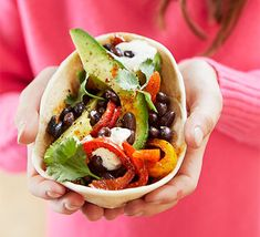Looking for a quick and easy veggie family meal? Try these meat-free fajitas, loaded with black beans, avocado and peppers, which take just 15 minutes to make Vegetarian Fajitas, Veggie Fajitas, Cheap Vegetarian Meals, World Vegetarian Day, Vegetarian Recipes, Healthy Recipes, Healthy Food, Vegetarian Lunch, Healthy Chicken