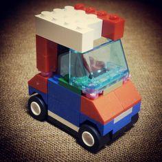 息子LEGO「チョロQみたいなクルマ」 ─ ポイントは短いボンネットとウィンカーのお花らしい。