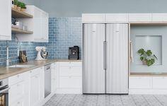 Tässä Shaker-keittiössä luonnolliset materiaalit yhdistyvät rustiikkiseen tyyliin. Tammi ja messinki tuovat harmoniaa viihtyisään ja avaraan keittiöön, jota kestävät, ruostumattomasta teräksestä valmistetut kodinkoneet täydentävät. Tammisyvennys on kätevä istuintila, joka antaa samalla lämpimän säväyksen kokonaisuuteen. Kitchen Cabinets, Home Decor, Decoration Home, Room Decor, Kitchen Cupboards, Interior Design, Home Interiors, Kitchen Shelves, Interior Decorating