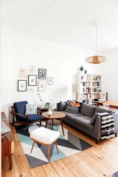 Alors que Berlin est à l'apogée de sa popularité, les intérieurs des berlinois changent et se modernisent. Cet appartement s'inscrit dans un style épuré et simple tout en jouant sur la matière et le tissu pour apporter du confort à l'ensemble. Les murs blancs sont porteurs d'une