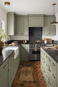 Living Room and Kitchen Paint Ideas 15 Best Green Kitchen Cabinet Ideas top Green Paint Colors Green Kitchen Paint, Sage Green Kitchen, Green Kitchen Cabinets, Farmhouse Kitchen Cabinets, Kitchen Cabinet Colors, Kitchen Colors, New Kitchen, Country Kitchen, Dark Cabinets