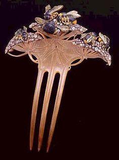 """René Lalique.Lalique era un excelente delineante y concebía sus diseños como creaciones graficas; en algunos casos sus joyas eran utilizadas como ilustraciones. La naturaleza de la joya era resaltada por el uso que Lalique hacía de la figura humana; que descuidada por los joyeros desde el Renacimiento fue resucitada en el Art Nouveau como ninfa o """"femina fatal"""", con sus largos cabellos y voluptuosa figura. La figura de la ninfa fue favorecida por los grandes poetas Baudelaire y Mallarmé."""