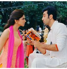 This scene❤️ Bollywood Couples, Bollywood Stars, Bollywood Celebrities, Bollywood Actress, Deepika Padukone Dresses, Deepika Ranveer, Ranbir Kapoor, Yjhd Quotes, Roy Kapoor