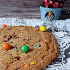 Giant cookie, ou le cookie géant à partager, ou pas d'ailleurs ! Que votre journée ait été bonne ou mauvaise, on a toujours besoin de réconfort ses derniers temps ... Je pense profondément que cette recette de cookies géant fera très bien le travail ! Imaginez, c'est comme un gros câlin tout doux et du chocolat. Dessert, Cookies Et Biscuits, Oatmeal, Veggies, Breakfast, Food, Vegetarian Cooking, Greedy People, Chocolates