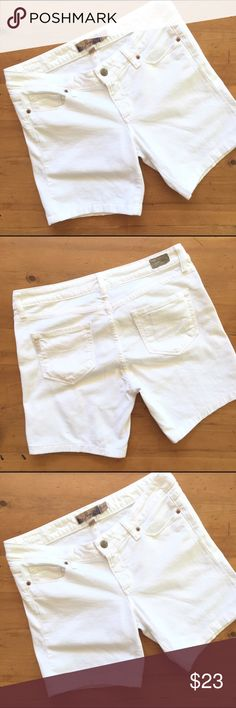 Paige Rozbury White Jean Shorts Excellent condition size 29 hip pockets pockets in the back zip and button closure 31 in waist flat measurement 15 inches long 6 in inseam 99% cotton 1% spandex cute and wonderful for summer💕 Paige Jeans Shorts Jean Shorts