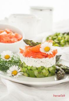 Spargel-Salat mit Forelle und Dill - eine geniale Kombination für ein Rezept Party Snacks, Fish And Seafood, Fine Dining, Fresh Rolls, Low Carb Recipes, Tapas, Dinner Recipes, Good Food, Brunch