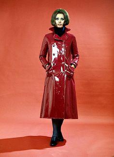 Sophia Loren in Red Patent Raincoat Raincoat Outfit, Hooded Raincoat, Pvc Raincoat, Vinyl Raincoat, Raincoats For Women, Jackets For Women, 1960s Fashion, Vintage Fashion, Quirky Fashion