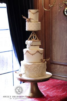 Fondant trend Harry Potter themed wedding cakes Sweet Delights Cakery is part of Harry potter wedding theme - Bolo Harry Potter, Harry Potter Wedding Cakes, Gateau Harry Potter, Harry Potter Birthday Cake, Harry Potter Food, Mini Wedding Cakes, Fondant Wedding Cakes, Themed Wedding Cakes, Fondant Cupcakes