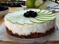 Cheesecake con mela verde, banana e more...dolce fresco e delicato, preparato con yogurt al gusto di mela verde e banana, panna fresca e more, sostenuto...