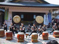 Rhythmic Taiko drumming videos from Japan.