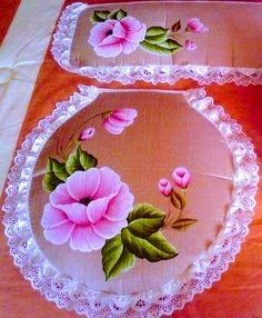 Cami, Embroidery Designs, Tableware, Painting, Craftsman Bathroom, Painting Carpet, Crochet Bow Ties, Painted Bottles, Sewing Tutorials