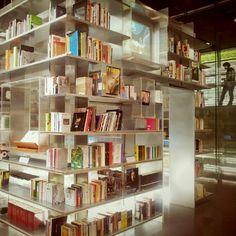 화려하게 밝은 도서관!!!