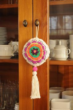 LLAMADOR DE ANGELES BORDADO - Adornos - Casa - 799833 Yarn Crafts, Felt Crafts, Diy And Crafts, Arts And Crafts, Hand Embroidery Designs, Embroidery Stitches, Cushion Embroidery, Crochet Cross, Needlework