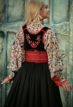 Folklore, Folk Costume, Costumes, Winter Dresses, Traditional Dresses, Bunt, Ethnic, Vintage Outfits, Bell Sleeve Top