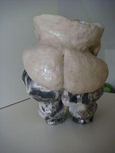 Vogelts Nackedei: Schwarzbrand, teilglasiert. Auch der obere Teil wurde auf Reduktionsmaterial gebettet, weigerte sich aber, schwarz zu werden. Nur die Götter wissen, wieso... Material, Clay, Pottery, Ceramics, Objects, Sculptures, Knowledge, Black, Ceramica