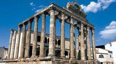 le temple de Diane est l'une des rares construction religieuse à ne pas avoir excessivement souffert au fil du temps et reste globalement en bon état de conservation. Initialement voué au culte impérial, il est aujourd'hui connu pour son invocation à la Déesse de la chasse. Son alignement de colonnes diffère des normes utilisées pour les temples grecs.