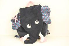 Un sac à dos en forme d'éléphant gris anthracite