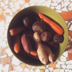 """Eu sofro de D.C (Distração cromática)  hoje estava fazendo os afazeres domésticos (pode acontecer em qualquer lugar qualquer hora) e de repente me distraí as cores os tons das coisas te chamam a atenção e você para tudo que ta fazendo e fica ali olhando é lindo  resolvi compartilhar talvez alguém aí sofra dos mesmos """"males""""  #fotografia #registro #imagem #cores #tons #legumes #verduras #feira #natureza #natural"""