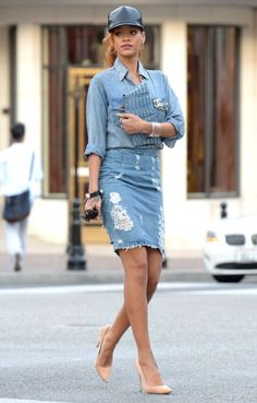 Denim-on denim is such a big trend right now, and Rihanna is pulling this look off! rihanna-denim-on-denim-outfit-jean-skirt Rihanna Mode, Style Rihanna, Rihanna Casual, Rihanna Fashion, Rihanna Outfits, Celebrity Outfits, Celebrity Style, Outfits 2016, Spring Outfits