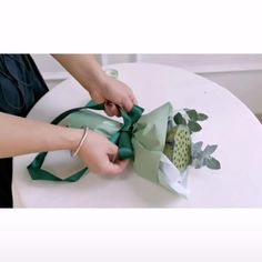 Single Flower Bouquet, Flower Bouquet Diy, Bouquet Wrap, Diy Wedding Flowers, Diy Flowers, Fabric Flowers, Wrap Flowers In Paper, Flower Wrap, How To Wrap Flowers