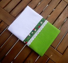 Ateliê da Russa Pano de prato com barrado de tecido verde com bolinhas brancas decorado com bordado inglês e viés .