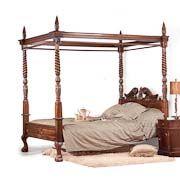 CAMA REINA ANA   H232X155X205  Uno de esos muebles que no podréis dejar de querer tener, todos aquellos que seais unos románticos empedernidos y que os guste la decoración clásica. Se trata de una cama con dosel toda ella fabricada artesanalmente en madera de caoba maciza. Este modelo de cama era típica en la Inglaterra del siglo XVIII. Este tipo de cama se puede tener tal cual, o colocarle unas colgaduras a ambos lados para darle un aire aún más romántico.