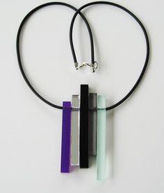 Plexiglas på gummilänk. Plexiglass on rubber cord.