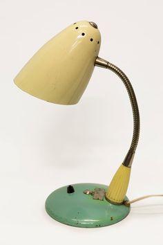 Oud industrieel bureaulampje. Groen, bol, half rond voetje met aan en uit knopje. Zilverkleurig buigarmpje waarmee je de lamp kunt richten. Créme kleurig kapje. Bureaulampje dateert uit de jaren 50.