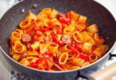 Makaron w sosie węgierskim. PRZEPIS Thai Red Curry, Ethnic Recipes, Food, Meals, Yemek, Eten
