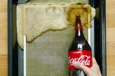 When's the last time you cleaned the filter of your extractor hood? It might be time to do so again, and we've got the perfect tip for you today: use coke! Uses Of Hydrogen, Hydrogen Peroxide Uses, Extractor Hood, Small Room Bedroom, Pretty Good, Coke, Cleaning Hacks, Cleaning Recipes, Interior Design Living Room