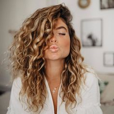 Blonde Curly Hair, Curly Hair With Bangs, Colored Curly Hair, Curly Hair Cuts, Curly Hair Styles, Layered Curly Haircuts, Curly Hair Routine, Blonde Hair With Highlights, Long Curls