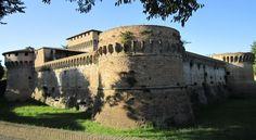 Forlì, Rocca di Ravaldino oppure Rocca di Caterina Sforza, cittadella fortificata di origine medioevale ma ricostruita e rafforzata nel Trecento sia dagli Ordelaffi sia da Egidio Albornoz ed ampliata durante il Quattrocento.