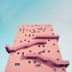Immeuble rose avec escaliers en façade. C'est très orignal, il ne faut pas avoir le vertige pour emprunter ces escaliers. Immeuble irréel.