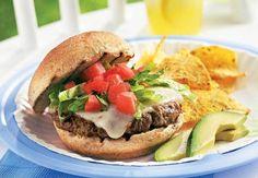 Mit einem Hauch Mexiko lassen sich die allseits beliebten Grillburger ganz einfach abwandeln.