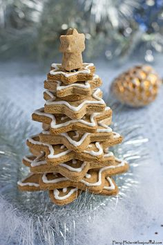 Six in the Suburbs: Star Gingerbread Cookie Tree-this is so darn cute-I HAVE to make it! Christmas Gingerbread House, Gingerbread Man, Gingerbread Cookies, Gingerbread Recipes, Christmas Desserts, Holiday Treats, Christmas Time, Christmas Decor, Christmas Ideas