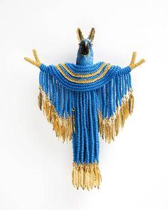Felieke van der Leest                                                                       Peace Parrot broche textiel, glaskralen, verguld metaal, kunststof, goud, zirkonia 14 x 10 x 2,5 cm