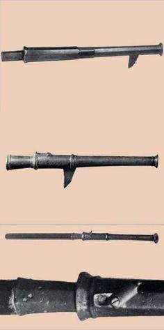 Hakenbüchsen.  Die untere ist 44,5 cm lang, hat ein Kaliber von 17 mm und wiegt 2,58 Kg ohne Stiel. Gefertigt ist sie aus Gelbguss. Sie liegt im polnischen Armeemuseum und wurde 1871 auf der Kurischen Nehrung gefunden.