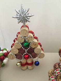 Estos corcho del vino árboles de Navidad vienen en dos estilos diferentes. Uno con luces (no operativas) y otro con adornos. Son aproximadamente 6-1/4 a 7-3/4 pulgadas de alto por 4-1/2 pulgadas de ancho. Altura de los árboles varía debido a los tamaños diferentes de corcho.
