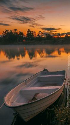 Łódka na jeziorze o zmierzchu
