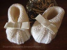 Cómo hacer un patucos para bebé. Para que tenga sus pies siempre calentitos, aprende paso a paso con este tutorial. ¡Ideal para regalar a un recién nacido! Baby Knitting Patterns, Knitting For Kids, Baby Patterns, Knitting Projects, Knit Baby Booties, Crochet Baby Shoes, Knit Crochet, Tricot D'art, Baby Bootees