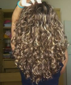 Do you like your wavy hair and do not change it for anything? But it's not always easy to put your curls in value … Need some hairstyle ideas to magnify your wavy hair? Blonde Curly Hair, Colored Curly Hair, Curly Hair Care, Curly Hair Styles, Natural Hair Styles, Color For Curly Hair, Brown Curly Hair, Hair Color, Permed Hairstyles