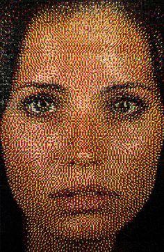 Michigan based artist Eric Daigh creates detailed portraits using thousands of push-pins into notice boards. L'art Du Portrait, Mosaic Portrait, Portraits, Push Pin Art, Pointillism, Button Art, Unique Art, Amazing Art, Awesome