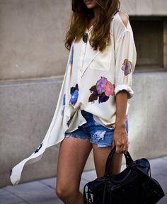 A fenda no ombro deixa a blusa romântica um pouquinho mais sexy! A bolsa preta de couro deixa o shortinho jeans um pouco mais urbano!