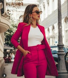 Look com blazer vermelho - Outfits - Casual Work Outfits, Blazer Outfits, Professional Outfits, Work Attire, Classy Outfits, Stylish Outfits, Maxi Blazer, Sleevless Blazer, Dress Outfits