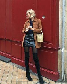 Maxi casaco caramelo, saia de couro, meia calça preta, bota over the knee