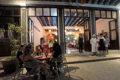 La casona que ocupa el restaurante La Torre de Marfil data del siglo XVIII y está ubicada en la calle de los Mercaderes, porción de la ciudad caracterizada en la segunda mitad del XIX por la presencia de numerosos establecimientos comerciales.