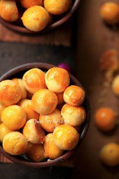 resep nastar lembut dan lumer di mulut Indonesian Desserts, Indonesian Cuisine, Indonesian Recipes, Asian Snacks, Asian Desserts, Cookie Recipes, Dessert Recipes, Biscuits Packaging, Happy Cook