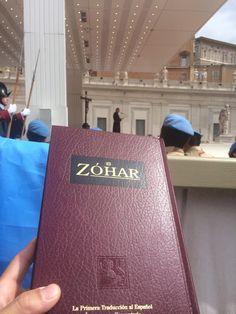 El Zohar a minutos de ser Entregado al Pope Iglesia Catolica @kabbalahcentre @KabbalahMiamiSP @karen_berg_ @YoelKabb pic.twitter.com/itkeH89DiS