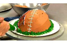 How to Decorate a Super Bowl Cake : Cake Decorating - Free Cake Videos Fun Cupcakes, Cupcake Cakes, Baking Videos, Bowl Cake, Cake Icing, Cake Videos, Football Food, Occasion Cakes, Cake Art
