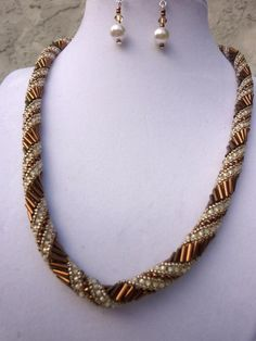 brown and cream glittery necklace set Seed Bead Necklace, Seed Bead Bracelets, Seed Bead Jewelry, Necklace Set, Beaded Jewelry, Beaded Necklace, Embroidery Jewelry, How To Make Beads, Baguette